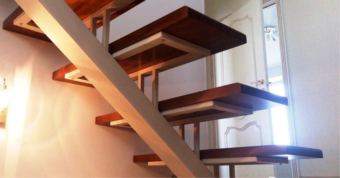 металлическая лестница с кованными перилами фото